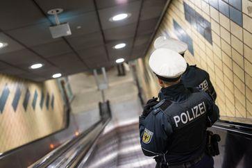 Eine Streife der Bundespolizei an der Rolltreppe einer S-Bahnstation- Bild: Bundespolizei