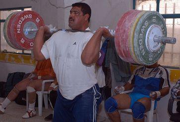 Gewichtheber beim Stoßen von 180kg