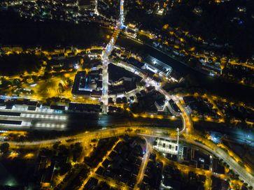 Die neuen, weißen LED-Straßenlaternen tauchen Straßenzüge in ein ganz anderes Licht als Natriumdampflampen (Tübingen)