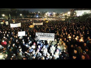 "Screenshot aus dem Youtube Video ""Pegida Demonstration Dresden 8.12.2014 10800 Teilnehmer | Live & Unzensiert"""