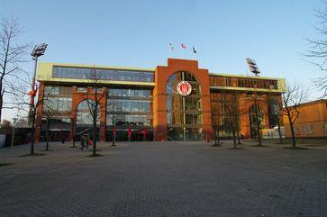 FC St. Pauli : Südlicher Eingangsbereich des Millerntor-Stadions nach dem Neubau der Südkurve 2009.