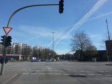 Chemtrails am Himmel über Bergedorf bei Hamburg im Jahr 2015