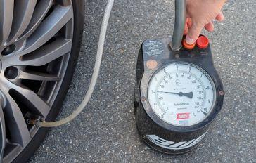 """Viele Autofahrer prüfen zu selten den Reifendruck. Bild: """"obs/Dekra SE"""""""