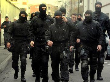 Polizisten, die sich kaum noch von vermumten Krawallmachern unterscheiden. (Symbolbild)