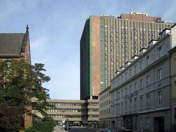Charité. Neubau des Bettenhauses. Links: Teil der alten Bebauung. Bild: Manfred Brückels / de.wikipedia.org