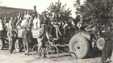 Deportierte Ungarn bei der Landarbeit im Sommer 1951 Bild: Magyar Nemzer / UM / Eigenes Werk
