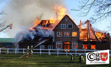 Das Wohngebäude mit Reetdach brannte vollständig aus. Bild: Feuerwehr