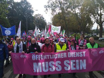 Vom Hauptbahnhof zogen die rund 750 Demonstrationsteilnehmer vor die Staatskanzlei. Bild: dbb Hessen beamtenbund und tarifunion Fotograf: Andreas Nöthen