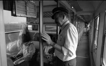 Fahrkartenkontrolleur im Zug, 1988
