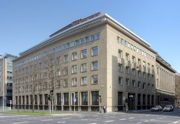 Denkmalgeschütztes Gebäude von Sal. Oppenheim, Unter Sachsenhausen 4, Köln. Ecke Tunisstraße: Architekt: Fritz August Breuhaus de Groot. Baujahr: 1952/53