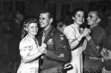 """Die deutschen """"Frolleins"""" sind bei den amerikanischen Besatzungssoldaten beliebt. Bild: ZDF Fotograf: SPIEGEL TV"""