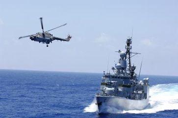 """Die Fregatte """"Niedersachsen"""" mit Bordhubschrauber """"Sea Lynx""""."""