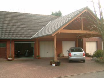 Garagen mit Schwingtor und vorgelagertem Carport