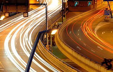 Das Bild zeigt fließenden Verkehr als Analogie zu Daten, die in Smart Cities in Massen erzeugt werden.