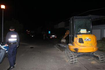 Der am Straßenrand stehende Minibagger wurde nur touchiert. Bild: Poliziei