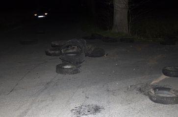 Gefährlich: Unbekannte lagerten eine Vielzahl von Altreifen auf einer unbeleuchteten Kreuzung in Alt-Espelkamp ab. Bild:Polizei Minden-Lübbecke