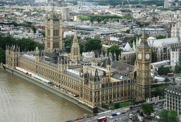 Palace of Westminster mit dem Victoria Tower (links) und dem Elizabeth Tower (rechts)