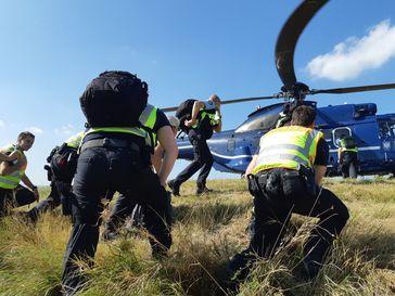 Einsatzkräfte verlegen mit der Super Puma der Bundespolizei von der Kontrollstelle in Schwindratzheim Mautstelle (F) zur Kontrollstelle nach Breisach Bild: Polizei
