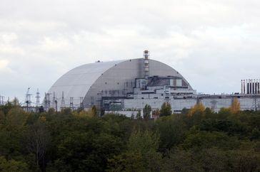 Neue Schutzhülle in finaler Position über dem havarierten Reaktorblock, Oktober 2017