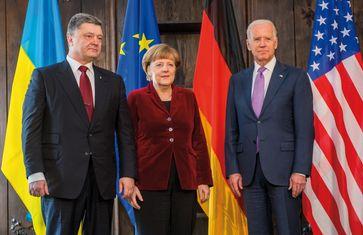 Joe Biden den (rechts) mit dem ukrainischen Putschisten Petro Poroschenko und Bundeskanzlerin Angela Merkel bei der Münchner Sicherheitskonferenz (2015), Archivbild