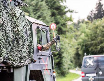 """Achtung Kolonne! Während der Übung Berglöwe müssen Verkehrsteilnehmer besonders aufmerksam sein Bild: """"obs/Presse- und Informationszentrum des Heeres/Stephan Schaffner"""""""