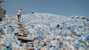 """In Tansania fehlt für anfallendes Plastik ein funktionierendes Recycling-System. Bild: """"obs/3sat/Christophe Barreyre"""""""