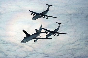 Transportflugzeuge der United States Air Force könnten bei einem Flugverbot, wie im Jougoslvien-Bürgerkrieg, illegal Waffen an Aufständische liefern und so für ein langes Morden sorgen.