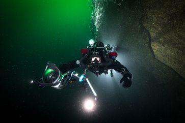 Unterwasserarchäologe Dr. Florian Huber taucht mit seinem Team Bild: ZDF Fotograf: Florian Huber
