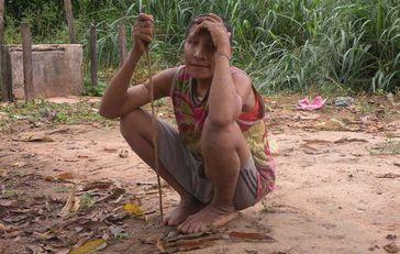 Die unkontaktierte Awá Irahoa und zwei ihrer Verwandten nahmen mit einer sesshaften Gemeinde Kontakt auf. Holzfäller dringen in ihren Wald ein und haben in der Vergangenheit auch Awá angegriffen. Bild:  © Madalena Borges/CIMI-MA