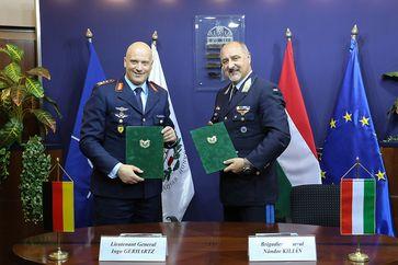 Generalleutnant Ingo Gerhartz und Brigadegeneral Nandor Kilian nach der Unterzeichnung der gemeinsamen Vereinbarung in Budapest.