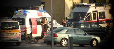 Notarzt, Rettungsdienst und Polizei am Ort eines Verkehrsunfalls