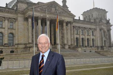 Cajus Caesar vor dem Reichstagsgebäude
