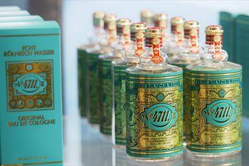 """4711-Flacons: Die nach ihrem Erfinder benannte Molanus-Flasche lässt sich leicht stapeln und ist unverwechselbar. Bild: """"obs/ZDF/F. Streve-Mülhens Achenbach"""""""