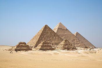 """Die Pyramiden von Gizeh, von Süden gesehen; im Vordergrund die drei kleinen Königinnenpyramiden, dahinter die Pyramide des Mykerinos, in der Mitte die des Chephren und rechts die des Cheops (""""Große Pyramide"""") Bild: Ricardo Liberato / de.wikipedia.org"""