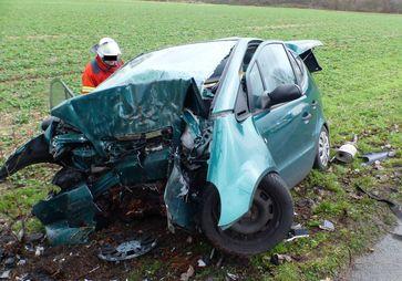 Der Mercedes prallte gegen einen Straßenbaum. Die Polizei bittet um Zeugenhinweise zum Unfall. Foto: Polizei Minden-Lübbecke