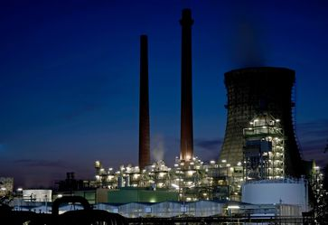 Die Rheinland Raffinerie Werk Nord in Köln-Godorf bei Nacht. Die Rheinland Raffinerie wird von der Shell Deutschland Oil GmbH betrieben. Die Raffinerie besteht aus zwei Werksteilen, dem Werk Nord in Köln-Godorf und dem 6 km entfernten Werk Süd in Wesseling bei Köln. Insgesamt belegen beide Werke eine Fläche von ca. 4,4 km². Die Raffinerie ist die größte in Deutschland; sie ging 2002 aus der Fusion der zwei Vorgängerwerke hervor.
