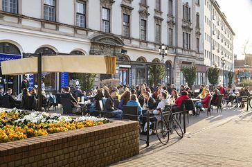 Auf der Terrasse einer Brasserie in der Innenstadt von Nyíregyháza, 24. April 2021