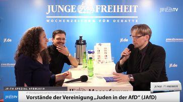 Dr. Vera Kosova und Artur Abramovych (mi), Vorsitzende des Arbeitskreises Juden in der AfD, im Gespräch mit Moritz Schwarz (Junge Freiheit)