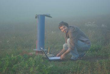 Gabriel Rau erfasst am Brunnen Daten über die Eigenschaften des Untergrunds. Die Erkenntnisse können die nachhaltige Nutzung von Grundwasserressourcen ermöglichen. (Foto: Ian Acworth) Quelle: Ian Acworth (idw)