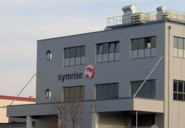 Firmenlogo der Symrise AG an dem im Herbst 2005 erbauten Duftstoffproduktionsgebäude im Werk Weser