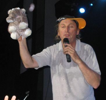 Otto Waalkes mit einem Stoff-Ottifanten