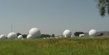 Radarkuppeln der ehemaligen Echelon Field Station 81 in Bad Aibling, Bayern
