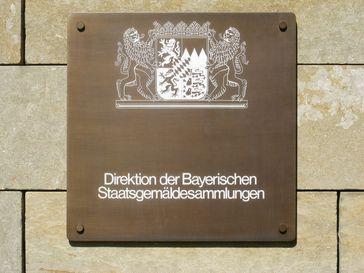 """Schild """"Direktion der Bayerischen Staatsgemäldesammlungen"""""""