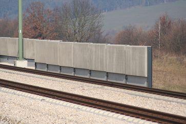 Lärmschutzwand aus Betonelementen an der Bahn-Schnellfahrstrecke Ingolstadt–Nürnberg