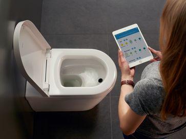 """BioTracer: das erste App-gesteuerte WC mit automatischer Urinanalyse. Die digital-vernetzte Toilette misst vollautomatisch und hygienisch zehn wichtige Indikatoren im Urin, die für ein optimales Fitness- und Ernährungsprogramm wichtig sind. Die Analysewerte werden dazu in einer App auf dem Smartphone oder Tablet bereitgestellt und können so für Optimierung der persönlichen Fitness und eine gesunde Lebensweise eingesetzt werden oder auch zur Überwachung von Behörden oder Krankenkassen. Bild: """"obs/Duravit AG"""""""