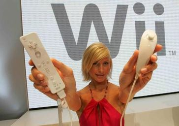 Model Anna Groth präsentiert Wii. Quelle: Nintendo of Europe GmbH