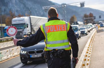 Die Rosenheimer Bundespolizei hat auf der A93 einen mutmaßlichen Schleuser festgenommen, der vier somalischen Landsleuten offenbar die illegale Einreise ermöglichen wollte. Bild: Polizei