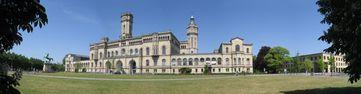 Das Hauptgebäude der Leibniz Universität Hannover. In dem rechts benachbarten Neubau befinden sich die Verwaltung der Technischen Informationsbibliothek und das Hochschulbüro für Internationales