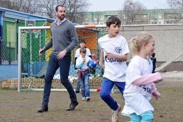 """Ex-Fußballnationalspieler Christoph Metzelder beim Kicken mit Berliner Straßenkindern / Bild: """"obs/GAZPROM Germania GmbH/DANA MANTHE"""""""