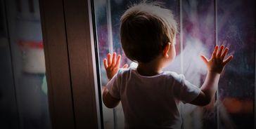 """Kinder sollen, auch mit Hilfe der Diakonie, gewaltsam von ihren Eltern getrennt und in separaten Kindergefängnissen ruhiggestellt werden - natürlich im Namen der """"Hygiene"""" (Symbolbild)"""